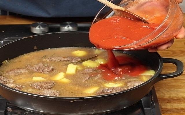 добавить картошку, томатный соус