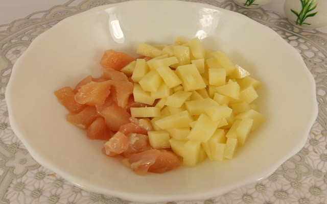 нарезать картофель, филе