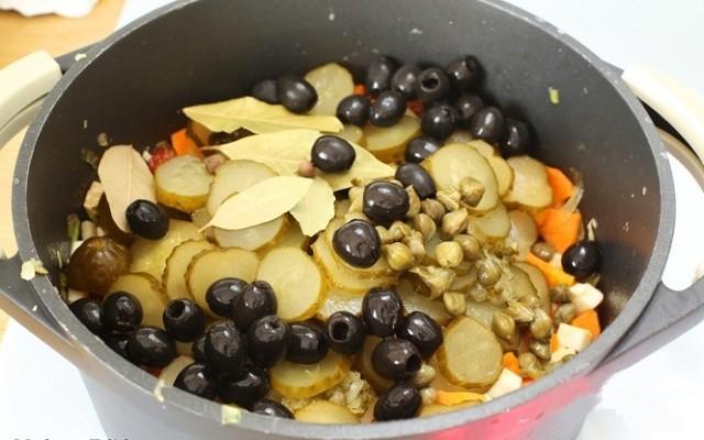 маслины, огурцы, каперсы, специи