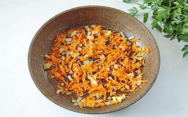обжарить лук, морковь