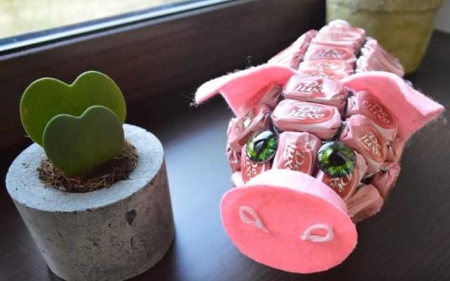 свинка из конфет