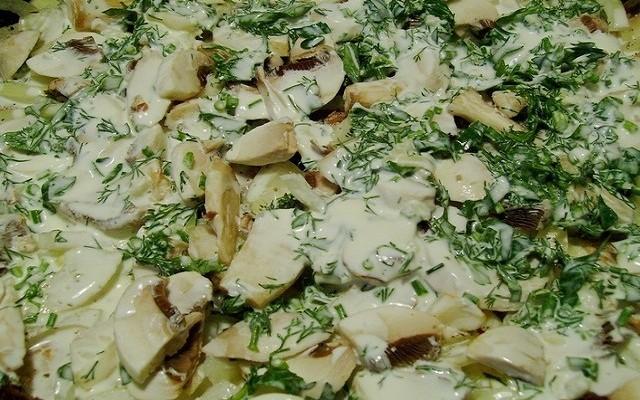грибы, зелень, сметана