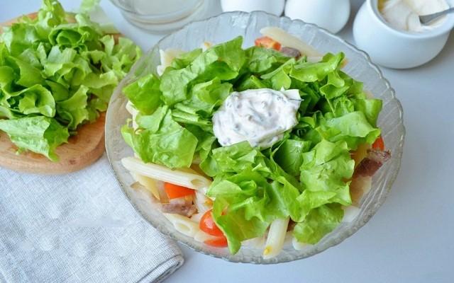 добавить листья салата, соус