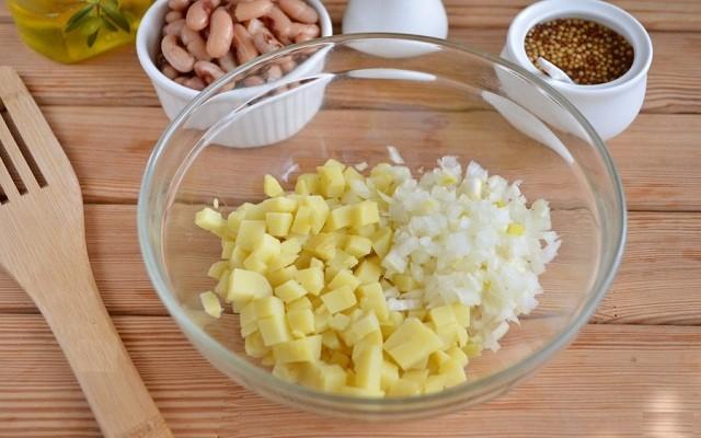 картофель, лук кубиками