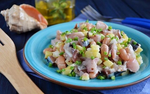 салат из соленой скумбрии с фасолью и картофелем