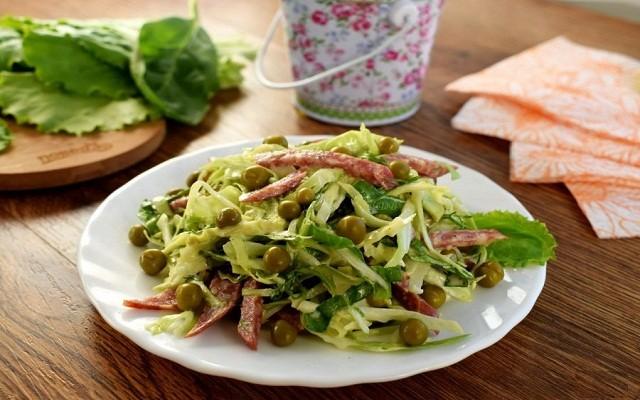 Салат из капусты с сервелатом и зеленым горошком