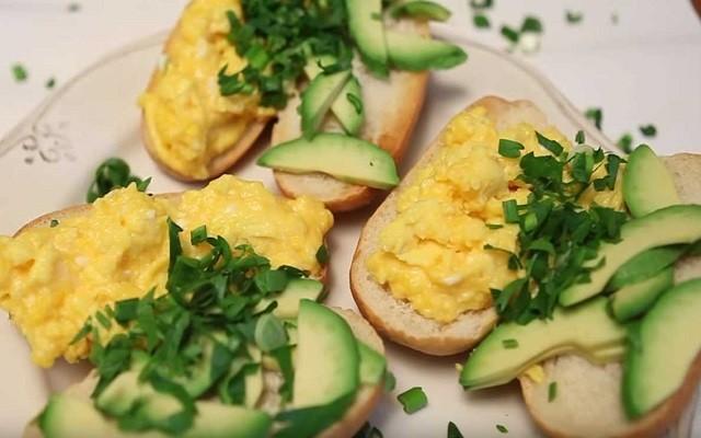 яйца скрембл на хлебе с авокадо