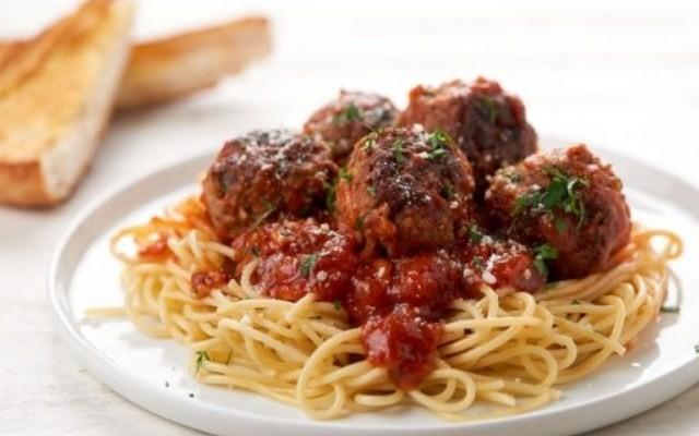 Спагетти с фрикадельками, приготовленные по итальянской кухне