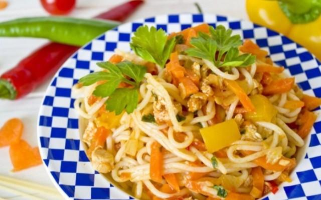 Спагетти с куриным фаршем и овощами на скорую руку