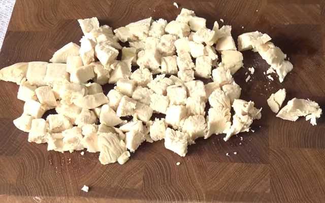нарезать куриное филе кубиками