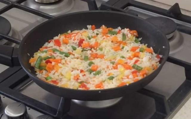 перемешать рис с овощами