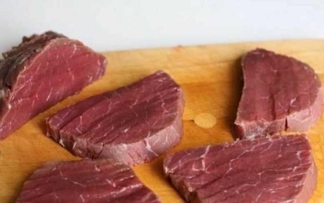 нарезать мясо на куски