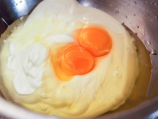 смешать сметану с яйцами