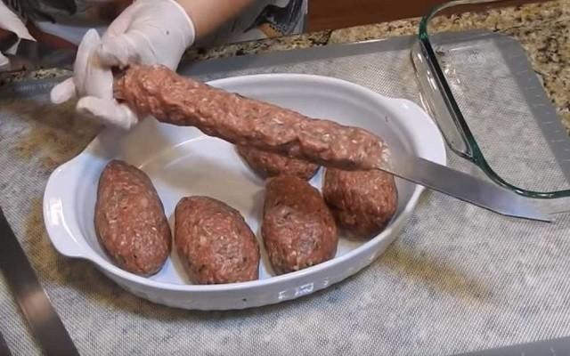 нанизывать люля-кебаб на шампур