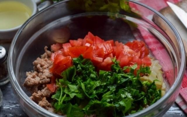 Добавить петрушку, помидоры