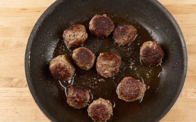 обжарьте мясные шарики