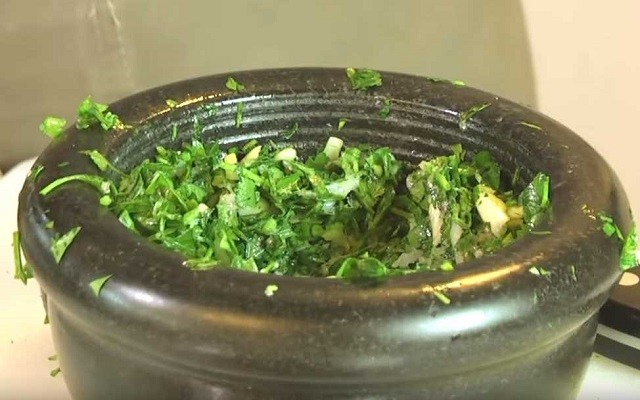 перетереть сало с чесноком и зеленью