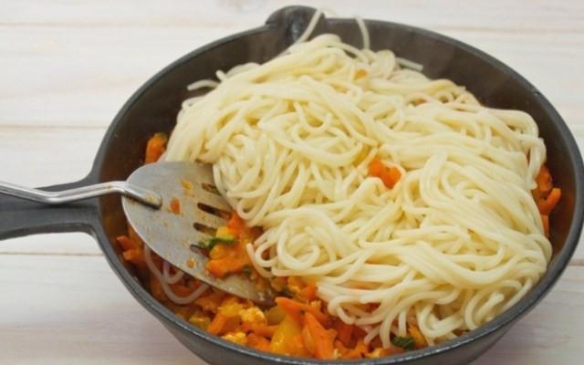 сложить в массу спагетти