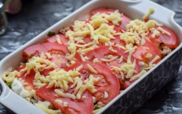 Разложить помидоры, сыр