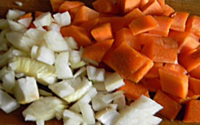 нарезаем лук с морковью