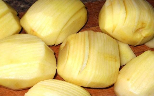 надрезать картошку