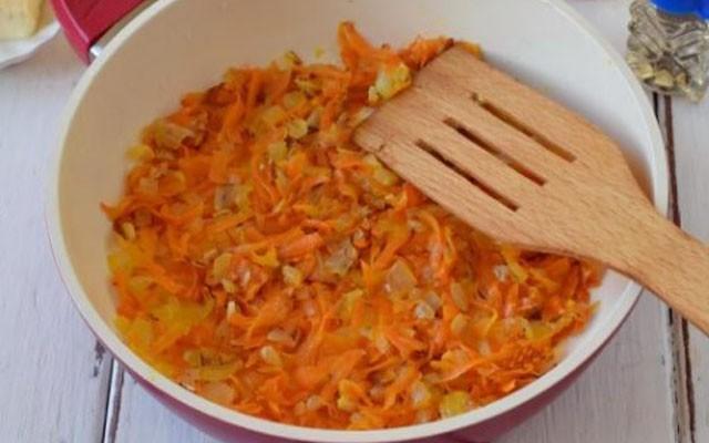 пассировать лук с морковью
