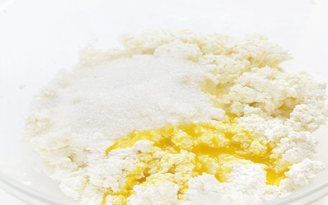 соединить яйца с сахаром и творогом