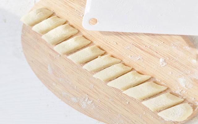 раскатать колбаску и нарезать галушки