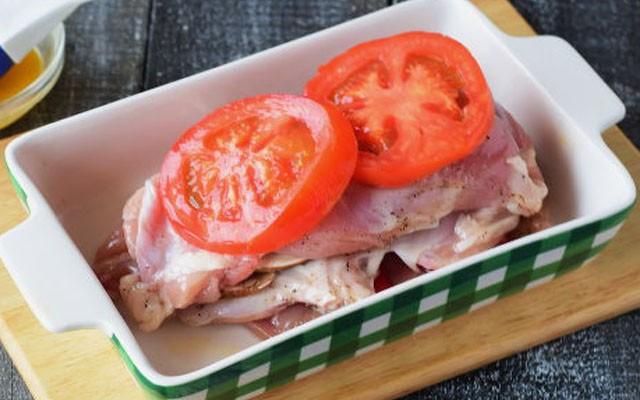 накрыть мясом и помидорами