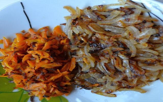 отдельно пожарить морковь и лук