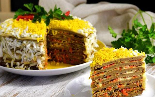 Закусочный торт из говяжьей печени на сливочном масле и с яйцами
