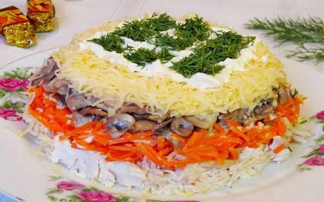 салат с грибами, грудкой и корейской морковью