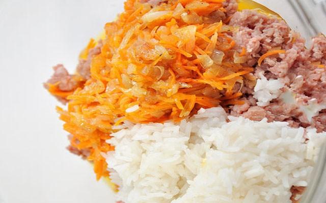 смешать фарш с рисом и луково-морковной обжаркой