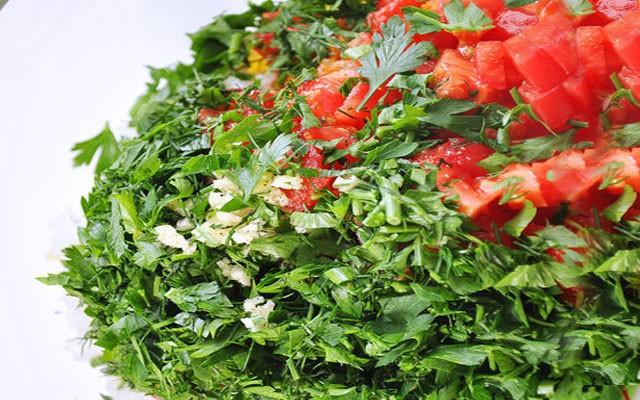 покрошить помидоры без шкурки, зелень и чеснок