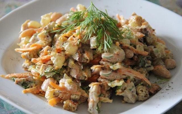 Салат из белой фасоли с жареной курицей, сухариками и луково-морковной поджаркой