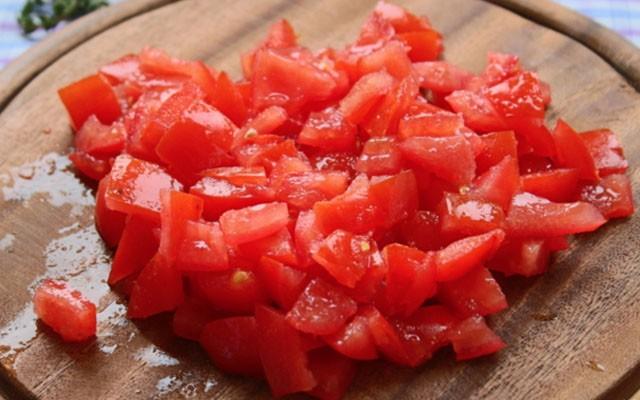 покрошить помидоры