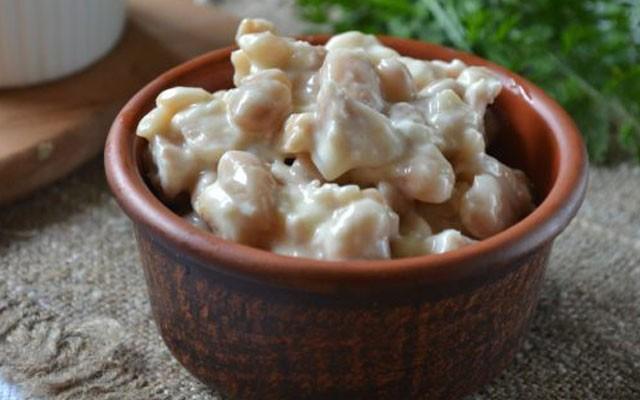 «Ленивый» салат из белой фасоли с сухариками и куриной грудкой