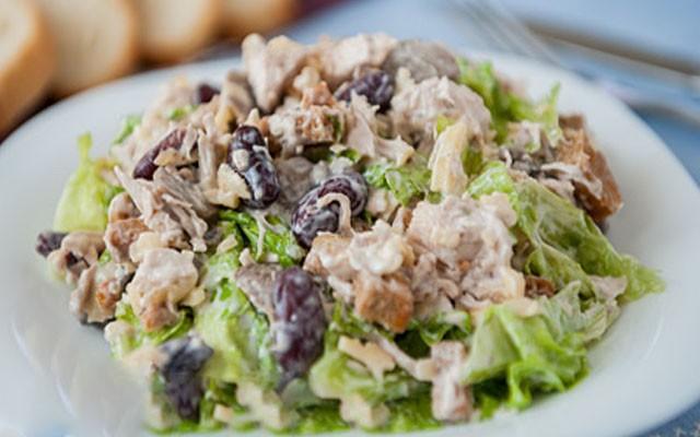 Рецепт сытного салата с фасолью, сухариками, курицей и грибами