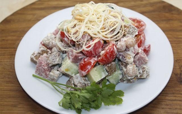 Овощной салат с белой фасолью, колбасой и ржаными сухариками