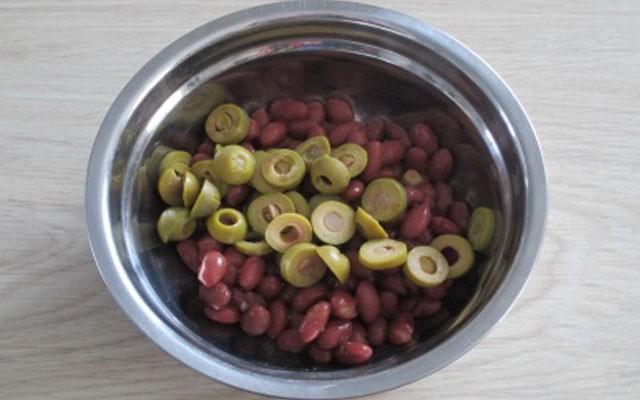 слить жидкость из оливок и фасоли, оливки порубить колечками