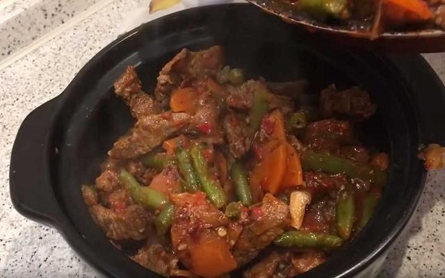 переложить мясо в форму для выпекания