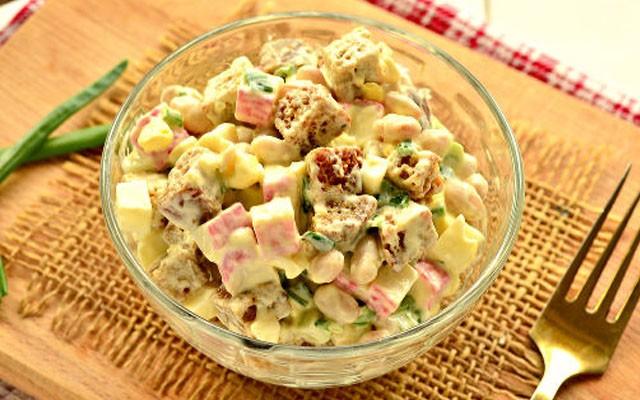 Салат с крабовыми палочками, белой консервированной фасолью и сухариками