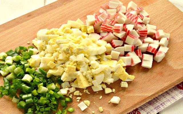 покрошить лук, яйца и крабовые палочки