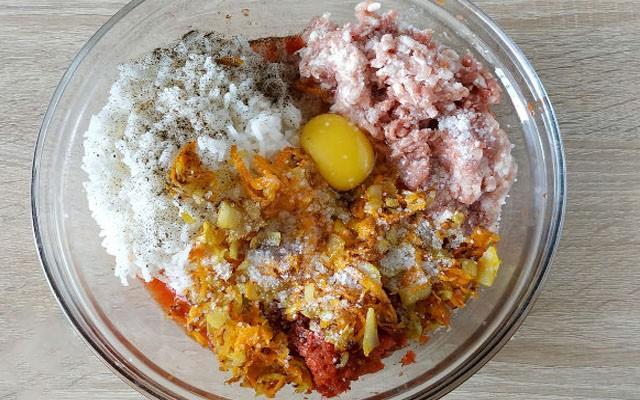 добавить яйцо и обжаренные овощи