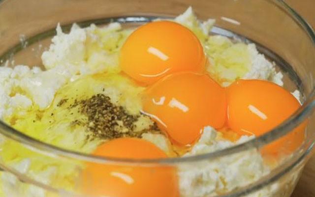 приготовить творожную начинку с яйцами и зеленью