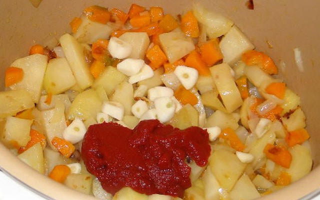 добавить чеснок с пастой и бульоном