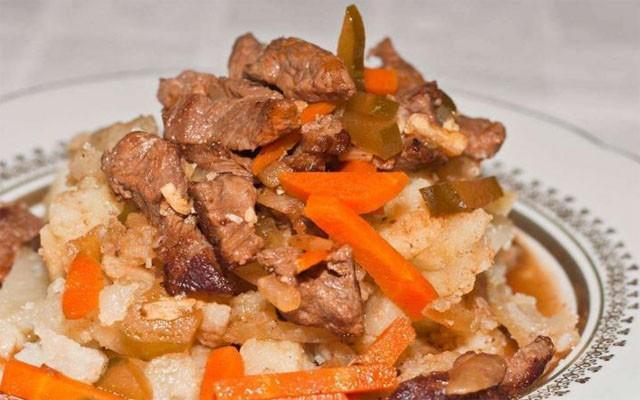 Азу по-татарски с гарниром из жареного картофеля