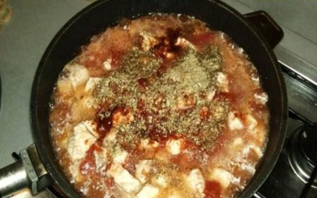 добавить помидоры, томатную пасту, специи, соль, сахар
