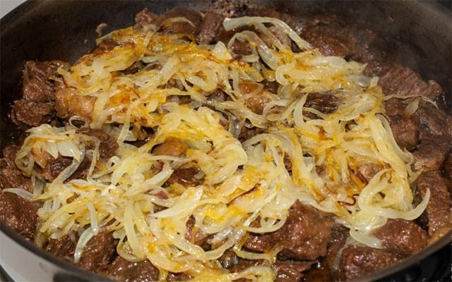 обжарить лук и соединить с мясом