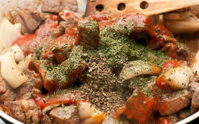 добавить измельченные до пасты томаты и специи